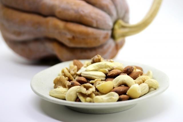 [酢酸トコフェロール]肌で酵素によってつくられるビタミンEは酸化防止成分です。